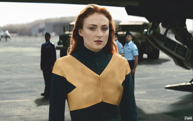 《X战警:黑凤凰》发布琴·格蕾新剧照 漫画风制服造型亮相